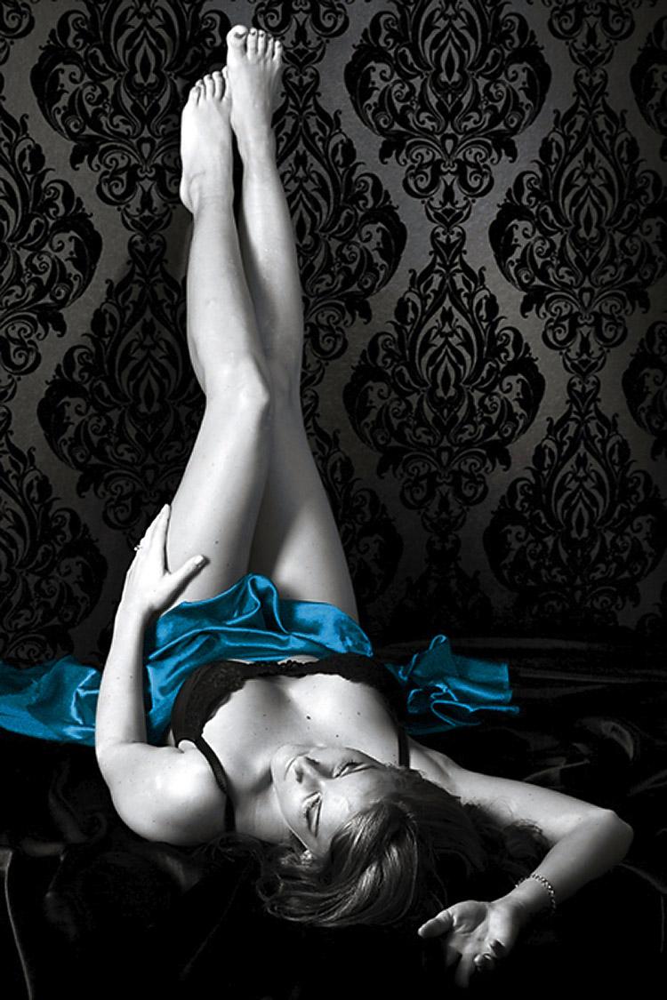 Aktfotos in Wien. Liegende Frau mit blauem Tuch