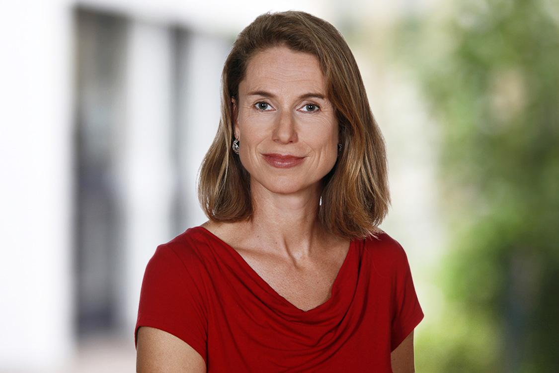 Geschäftlich-Businessfotos einer Frau, Akademikerin, im roten Top