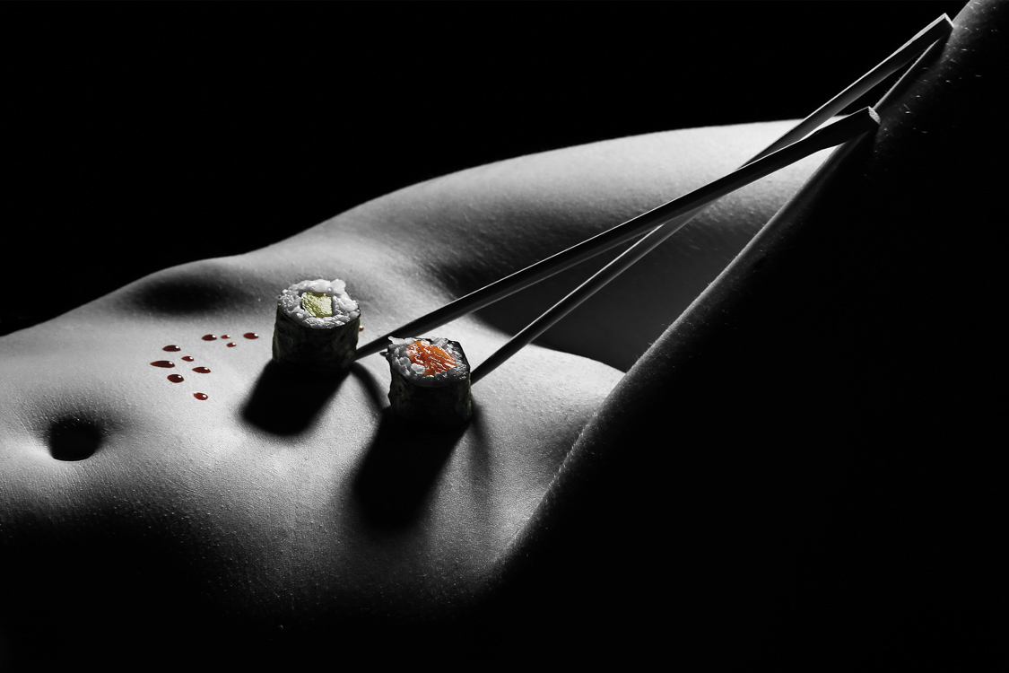 Sushi pikant auf dem Körper angerichtet.