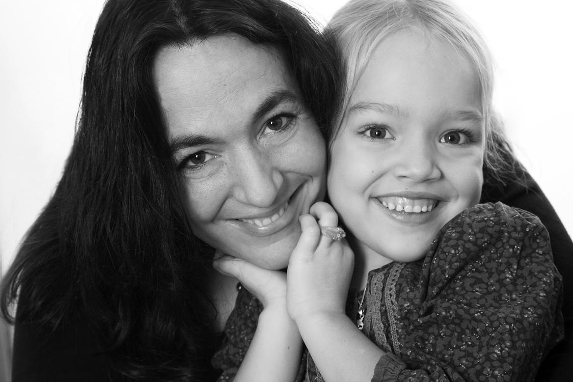 Unsere Tochter. Portraitfoto Mutter mit kleiner Tochter