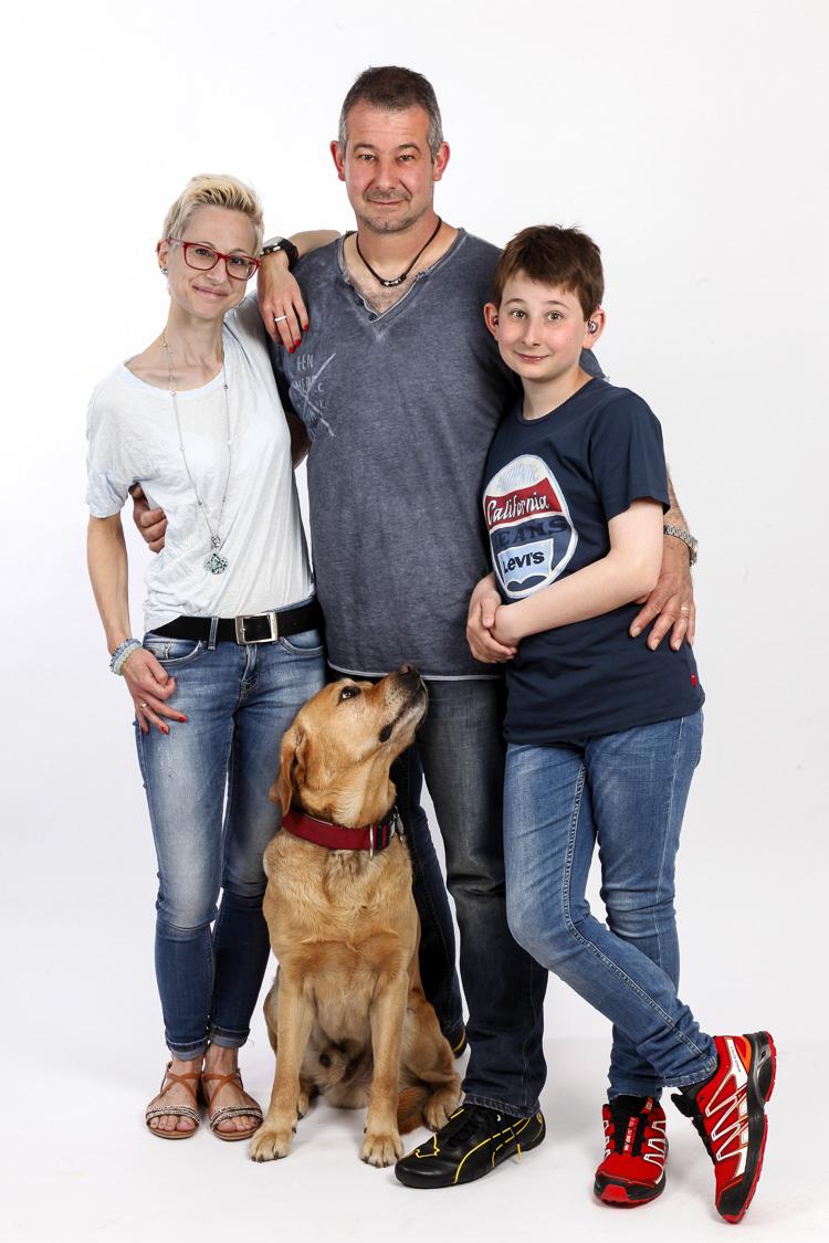 Wien Fotostudio Familienfoto mit einem großen Hund