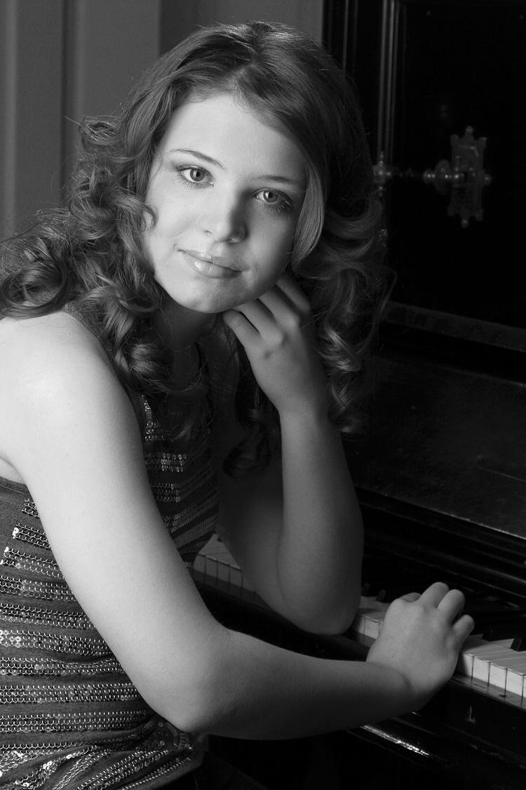 Portraitfoto, einer jungen Frau am Klavier